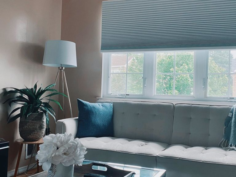 Rolety w łatwy sposób ograniczają ilość światła słonecznego w pomieszczeniach