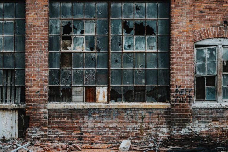 Szybka wymiana uszkodzonego szkła w domu oraz firmie