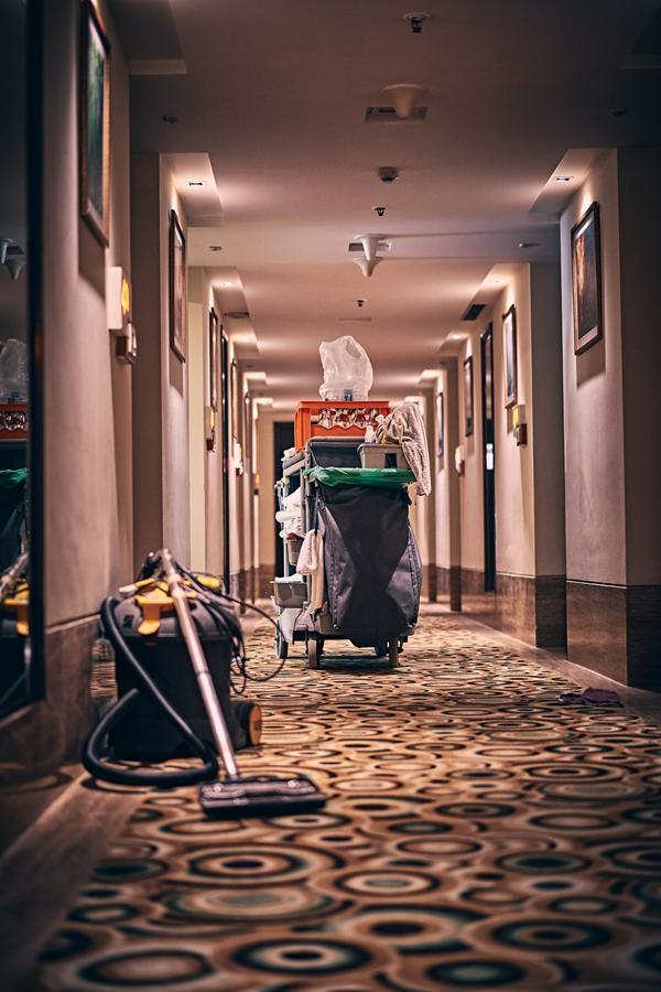 Kiedy zatrudnia się firmę sprzątającą?